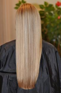 Sand-coloured hair highlights